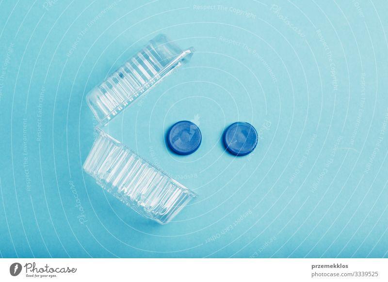 Kunststoffverpackungen und Flaschenverschlüsse, die zum Recycling gesammelt werden sparen Umwelt Container Verpackung blau Umweltverschmutzung Umweltschutz Müll