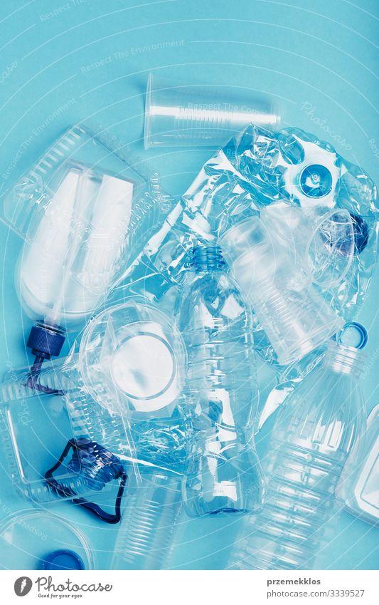 Zerquetschte leere Plastikabfälle, die zum Recycling gesammelt werden Flasche sparen Umwelt Container Verpackung Paket Kunststoffverpackung blau