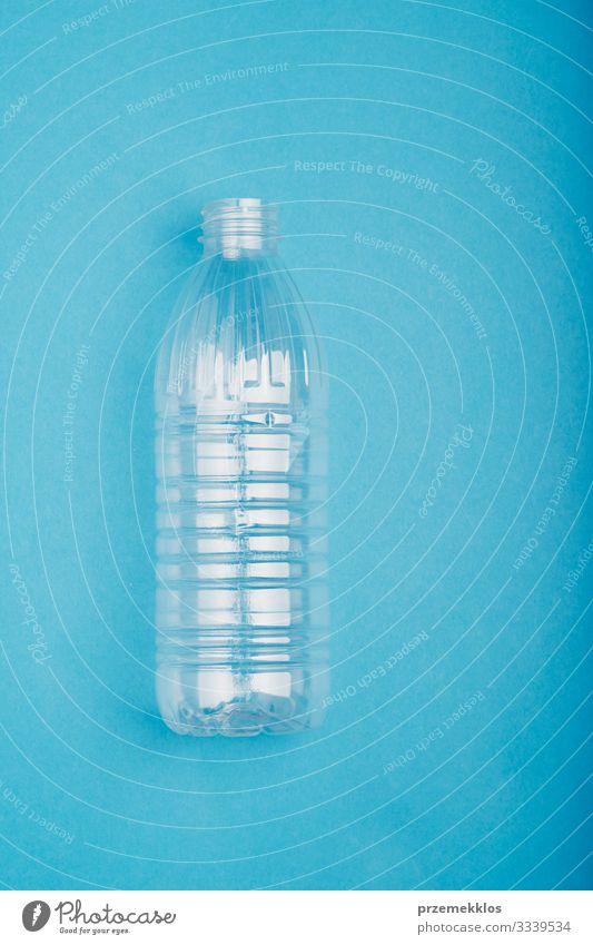 Leere Plastikflasche zum Recycling gesammelt Flasche sparen Umwelt Container Paket Kunststoffverpackung blau Problemlösung Umweltverschmutzung Müll