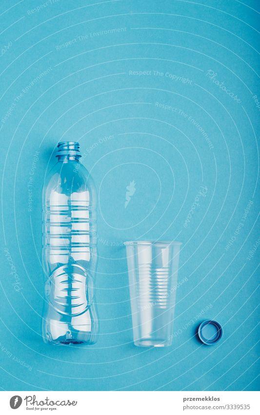 Leere Plastikflaschen, Becher und Kappen werden zum Recycling gesammelt Flasche sparen Umwelt Container Kunststoff blau Umweltverschmutzung Umweltschutz Müll