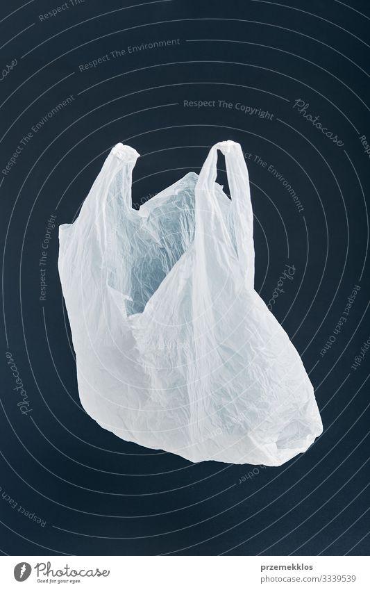 Weiße leere Plastiktüte schwebt über schwarzem Hintergrund kaufen Umwelt Container Verpackung Kunststoff weiß Umweltverschmutzung Umweltschutz Tasche Müll