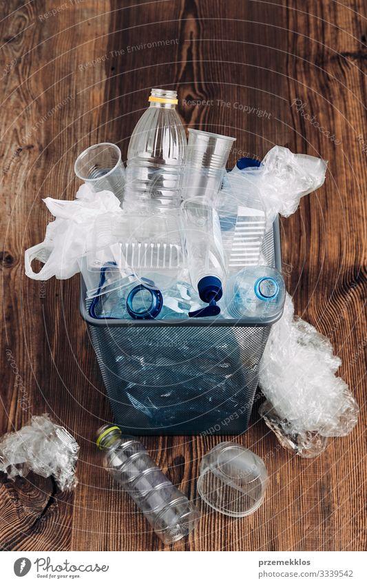Haufen von Plastikflaschen, Bechern, Säcken, die zum Recycling gesammelt werden Flasche Umwelt Container Verpackung Paket Kunststoffverpackung Holz