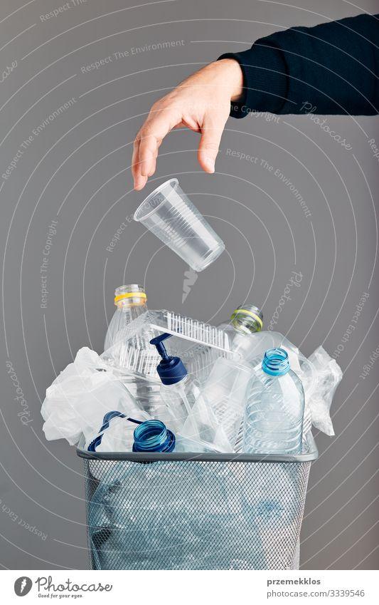Haufen von Plastikflaschen, Bechern, Säcken, die zum Recycling gesammelt werden Flasche Hand Umwelt Container Verpackung Paket Kunststoffverpackung