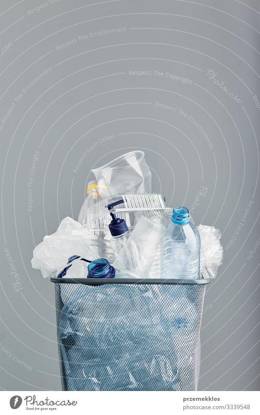 Haufen von Plastikflaschen, Bechern, Säcken, die zum Recycling gesammelt werden Flasche Umwelt Container Verpackung Paket Kunststoffverpackung Problemlösung