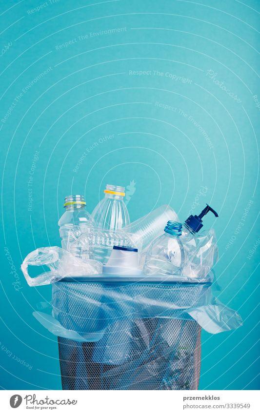 Haufen von Plastikflaschen, Bechern, Säcken, die zum Recycling gesammelt werden Flasche Umwelt Container Verpackung Paket Kunststoffverpackung