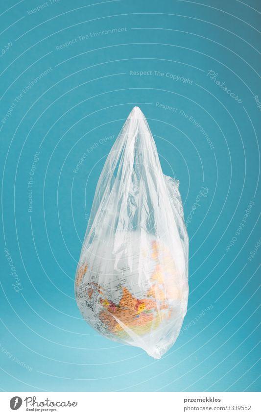 Globus in einer Plastiktüte. Durch Plastikmüll verunreinigte Erde sparen Leben Umwelt Kunststoffverpackung Kugel blau grün Umweltverschmutzung Umweltschutz