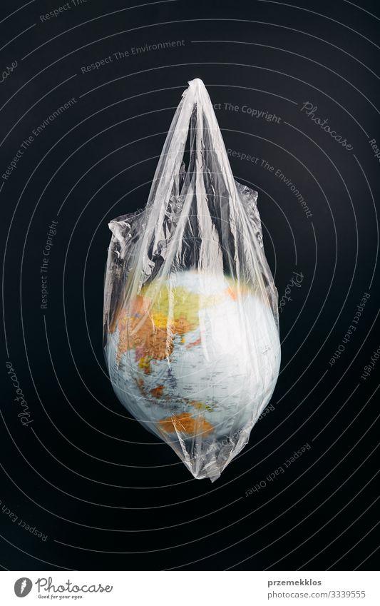 Globus in einer Plastiktüte. Durch Plastikmüll verunreinigte Erde sparen Leben Umwelt Kunststoffverpackung Kugel grün Umweltverschmutzung Umweltschutz