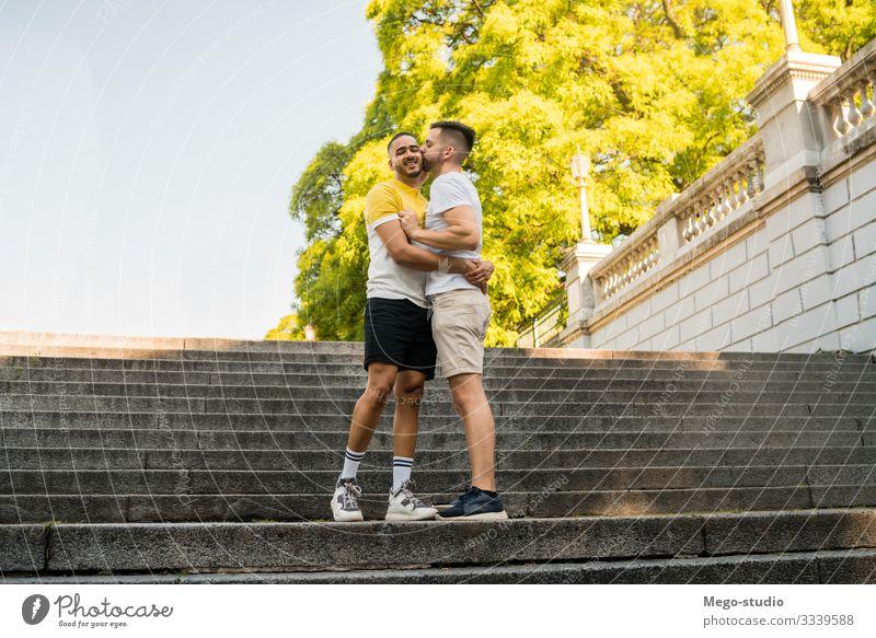 Ein schwules Paar, das gemeinsam Zeit im Park verbringt. Lifestyle Glück Leben Erholung Freizeit & Hobby Freiheit Mensch Homosexualität Mann Erwachsene 2