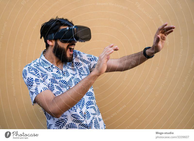 Frau, die mit einer VR-Headset-Brille spielt. Gesicht Spielen Entertainment Technik & Technologie Mensch Junge Mann Erwachsene Jugendliche 1 18-30 Jahre