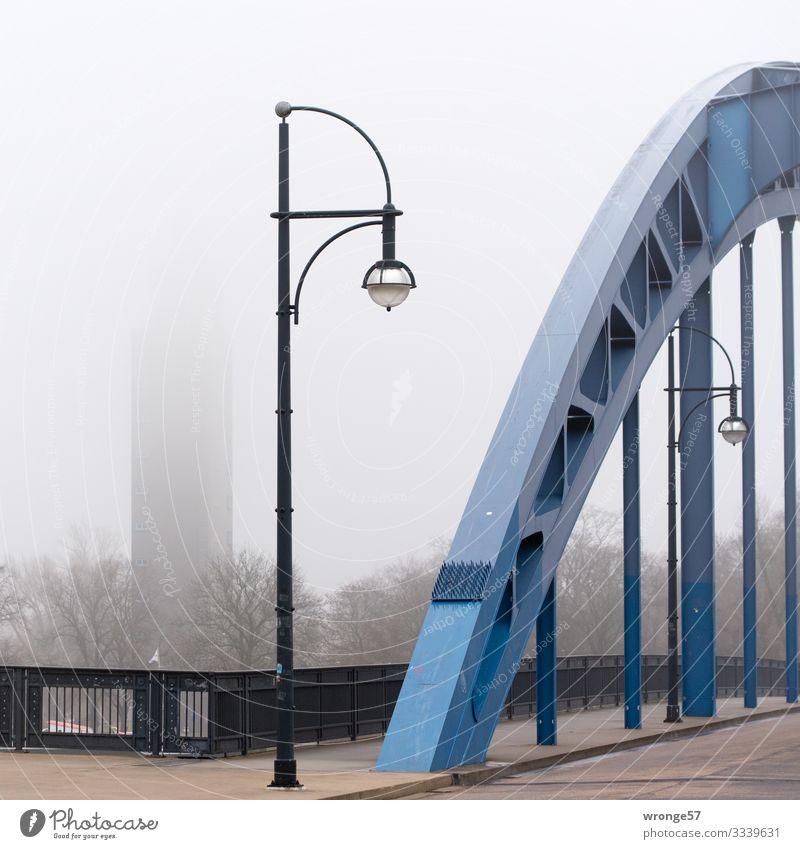 Im Vordergrund ein Bogen der Sternbrücke und im Hintergrund der Albin Müller Turm  an einem Nebeltag Magdeburg Deutschland Europa Stadt Stadtzentrum