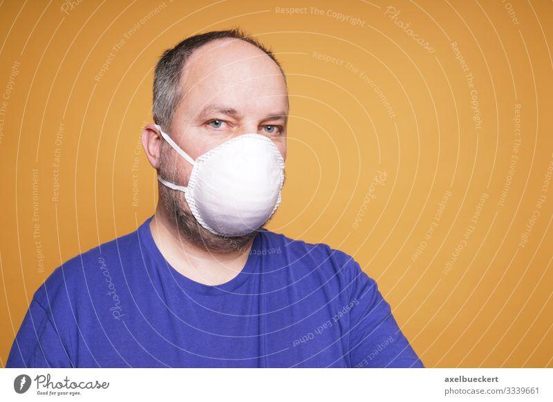 Mann mit Mundschutz Maske Lifestyle Gesundheit Gesundheitswesen Krankheit Mensch maskulin Erwachsene 1 30-45 Jahre 45-60 Jahre Angst Schutz Virus Smog