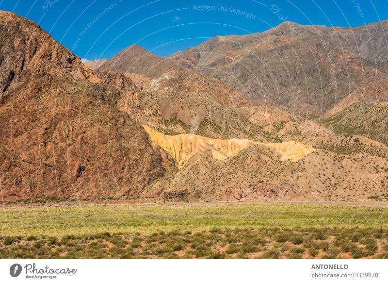 Ein erstaunlicher goldener Hügel in den Anden wie eine Goldader Ferien & Urlaub & Reisen Tourismus Abenteuer Freiheit Expedition Sommer Berge u. Gebirge wandern