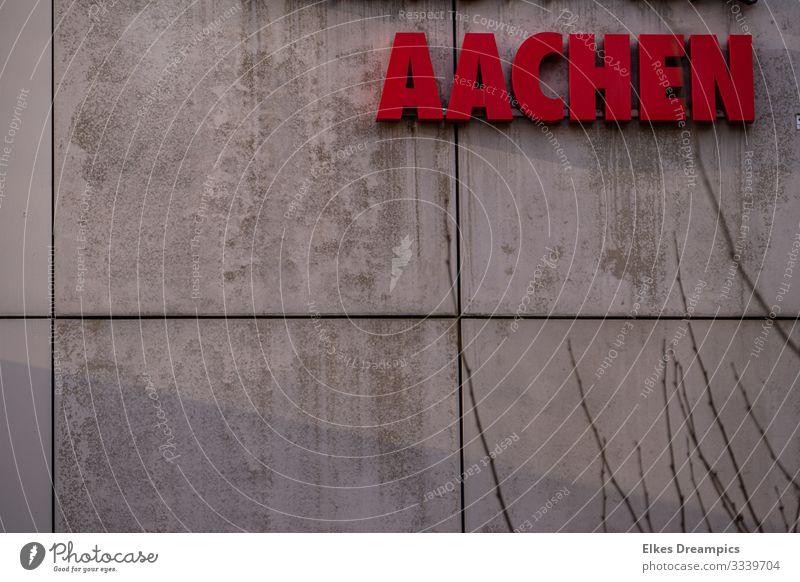 Aachen an der Wand Stadt Stadtzentrum Gebäude Mauer Fassade Schriftzeichen Schilder & Markierungen Blick ästhetisch modern rot authentisch Design entdecken