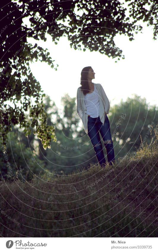 mausgraues cosmic girl Freizeit & Hobby feminin Frau Erwachsene 1 Mensch Landschaft Baum Sträucher Park Mode T-Shirt Jeanshose brünett langhaarig stehen