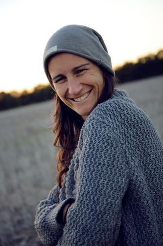 graue Maus feminin Frau Erwachsene Gesicht 1 Mensch Landschaft Mütze langhaarig Freude Fröhlichkeit Zufriedenheit Lebensfreude selbstbewußt Coolness Optimismus