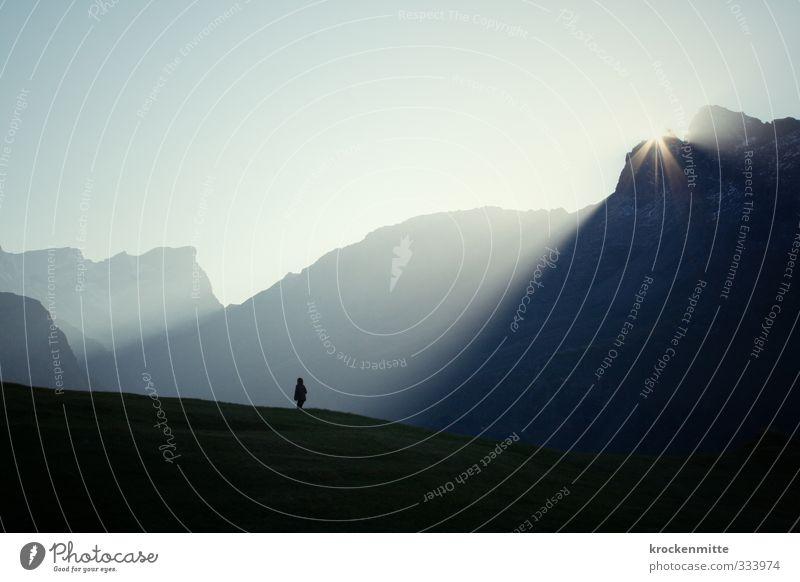 Erleuchtung garantiert Mensch Kind Natur blau Sommer Sonne Landschaft Umwelt Berge u. Gebirge Gras hell Felsen maskulin Kindheit leuchten wandern