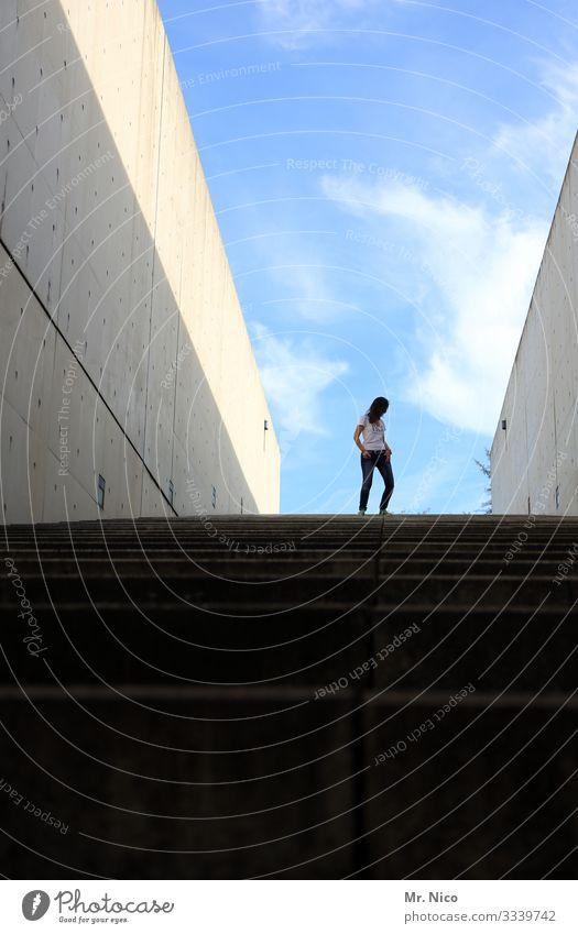 komm runter bleib oben feminin Frau Erwachsene 1 Mensch Himmel Schönes Wetter Bauwerk Gebäude Architektur Mauer Wand Treppe langhaarig selbstbewußt Coolness