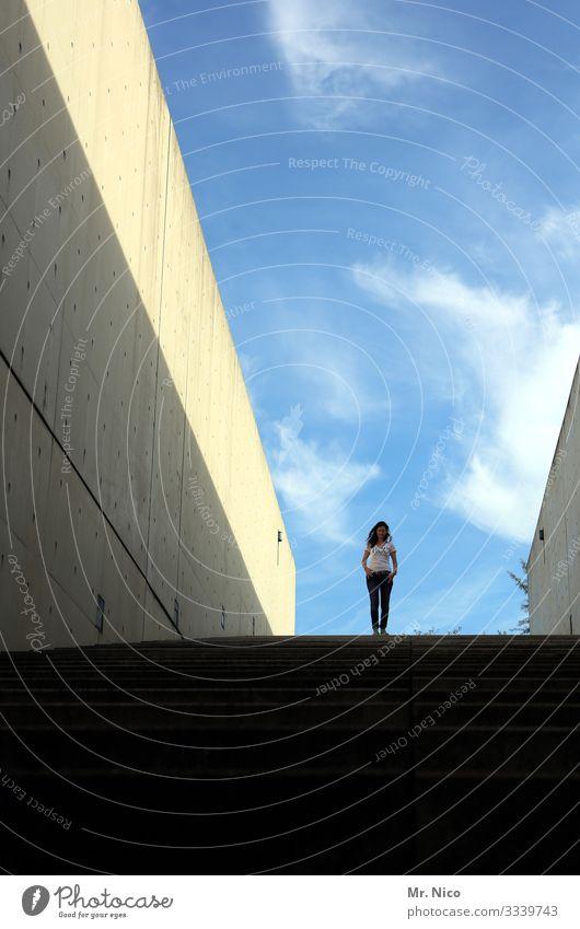 komm runter bleib oben feminin Frau Erwachsene 1 Mensch Himmel Schönes Wetter Bauwerk Architektur Mauer Wand stehen Treppe Coolness selbstbewußt abwärts