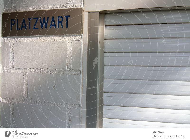 Mädchen für alles Sportstätten Fußballplatz Mauer Wand weiß Fenster Rollladen geschlossen Schriftzeichen Schilder & Markierungen Hinweisschild Platzwart