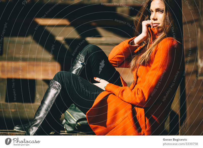 Hübsche junge Langhaar-Frau im Mantel Lifestyle Stil schön Sonne Mensch Junge Frau Jugendliche Erwachsene 1 18-30 Jahre Natur Herbst Park brünett trendy rot