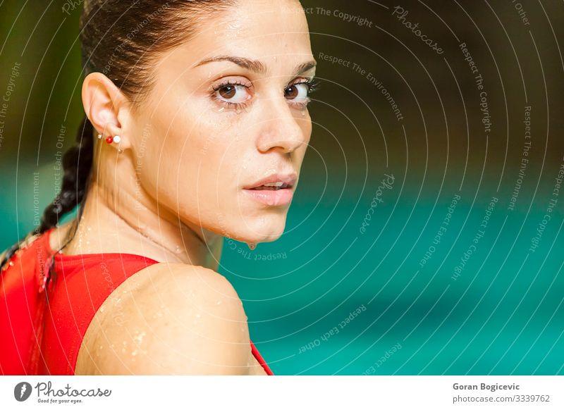 Junge Frau im Schwimmbad Lifestyle Gesundheitswesen Wellness Erholung Freizeit & Hobby Sport Mensch Jugendliche Erwachsene 1 18-30 Jahre Bewegung Fitness nass