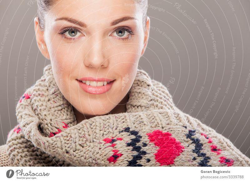 Wintermädchen schön Haut Gesicht Kosmetik Schminke Mensch Junge Frau Jugendliche Erwachsene 1 18-30 Jahre Wärme Mode Bekleidung Pullover Schal Coolness niedlich