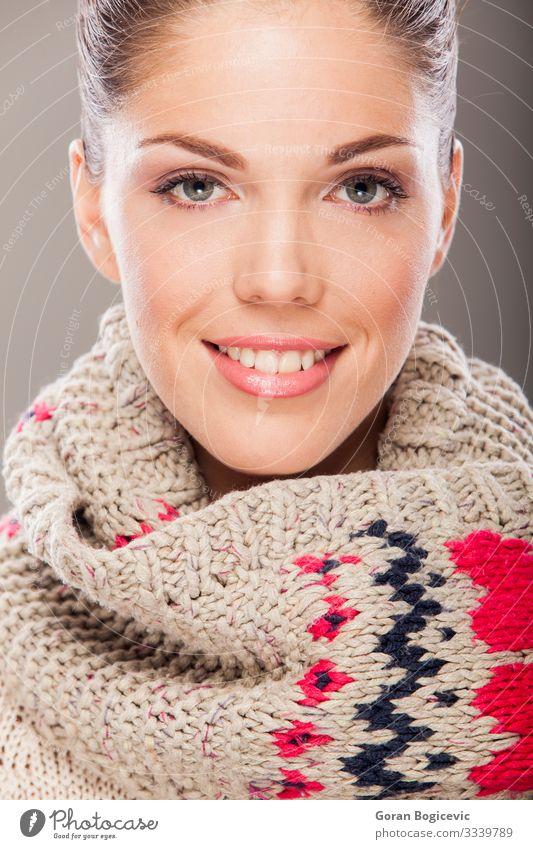 Junge Frau schön Haut Gesicht Kosmetik Schminke Winter Mensch Jugendliche Erwachsene 1 18-30 Jahre Wärme Mode Bekleidung Pullover Schal Coolness niedlich weiß