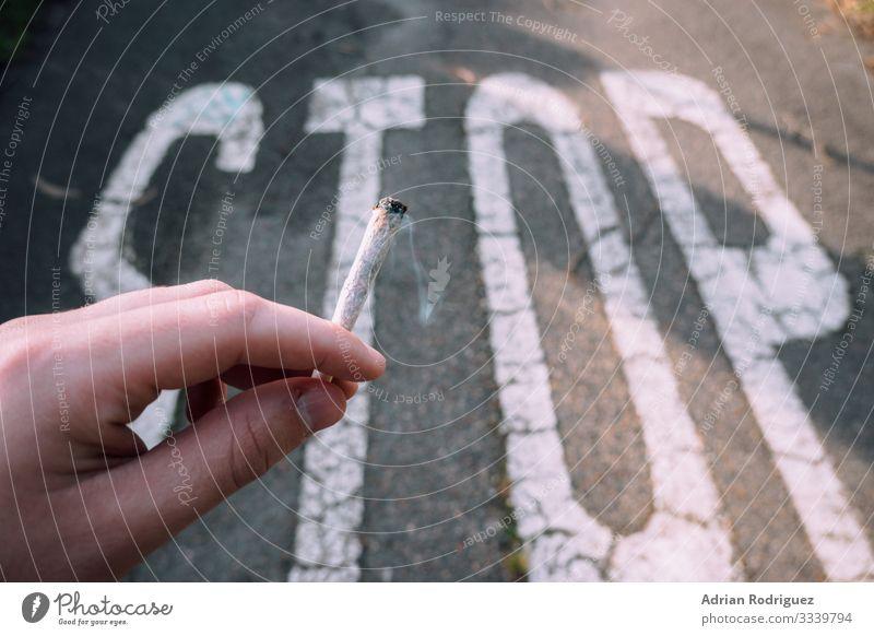 Hand hält eine Zigarette mit einer Stoppmeldung im Hintergrund Gesundheitswesen Krankheit Mensch Finger Schutz Tod Entsetzen gefährlich Stress Sucht Nikotin