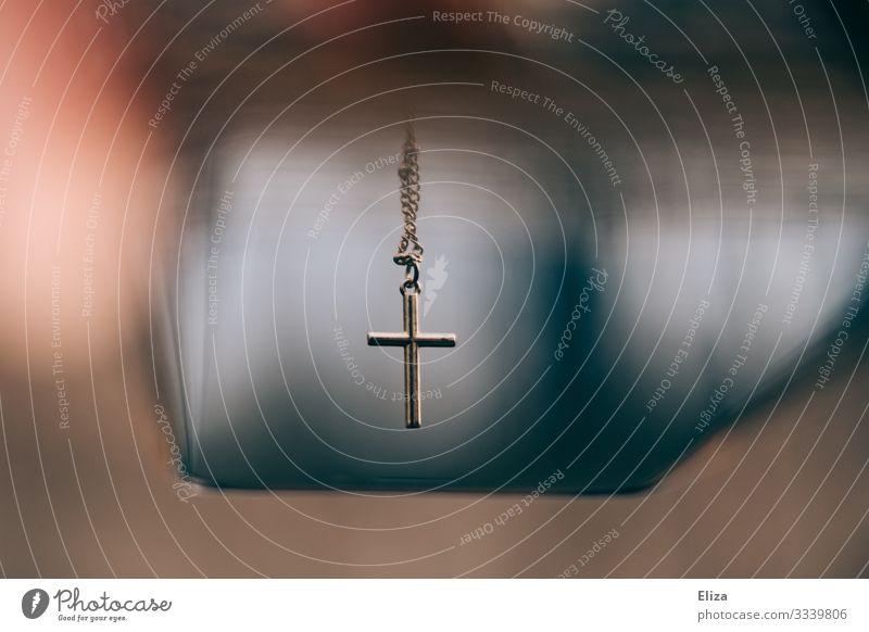 Kruzifix, Kreuz an einer Kette. Christlicher Glaube. Religion & Glaube Verstand gold Christentum Kirche Katholizismus Protestantismus außergewöhnlich