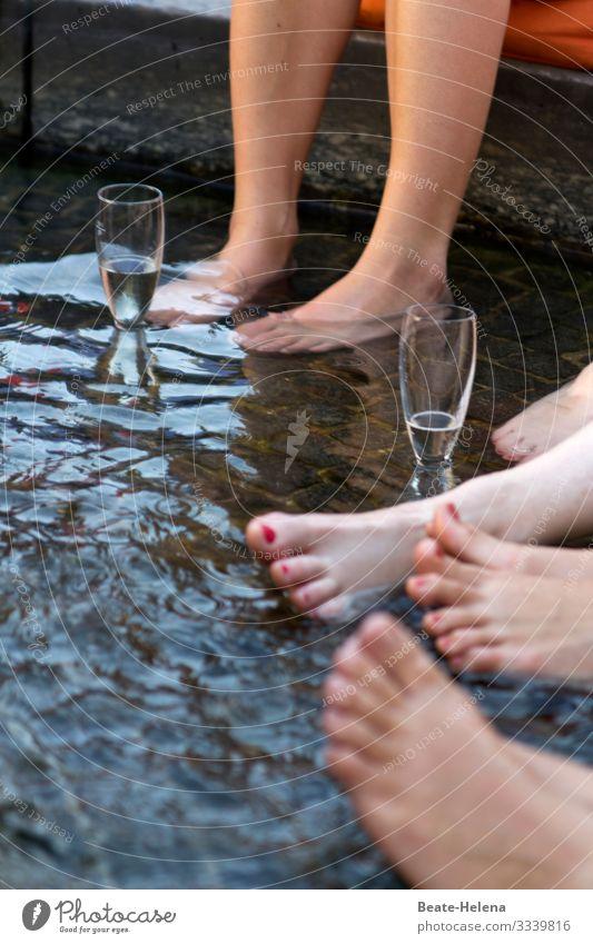 Prost! Erholung Freude Gesundheit kalt Glück Feste & Feiern außergewöhnlich Party Fuß Schwimmen & Baden Zusammensein Freundschaft Freizeit & Hobby Kommunizieren