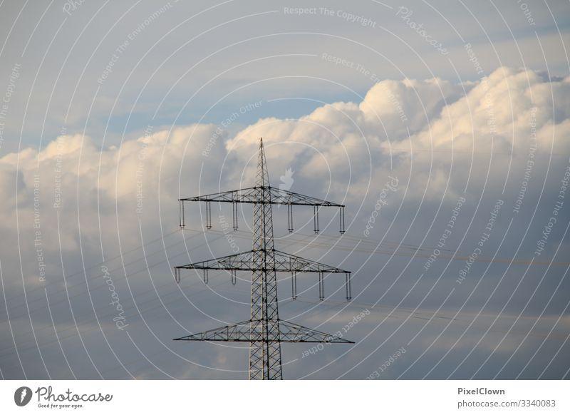 Strommasten mit strahlend blauen Himmel im Hintergrund Elektrizität Energiewirtschaft Kabel Technik & Technologie Elektrisches Gerät Hochspannungsleitung