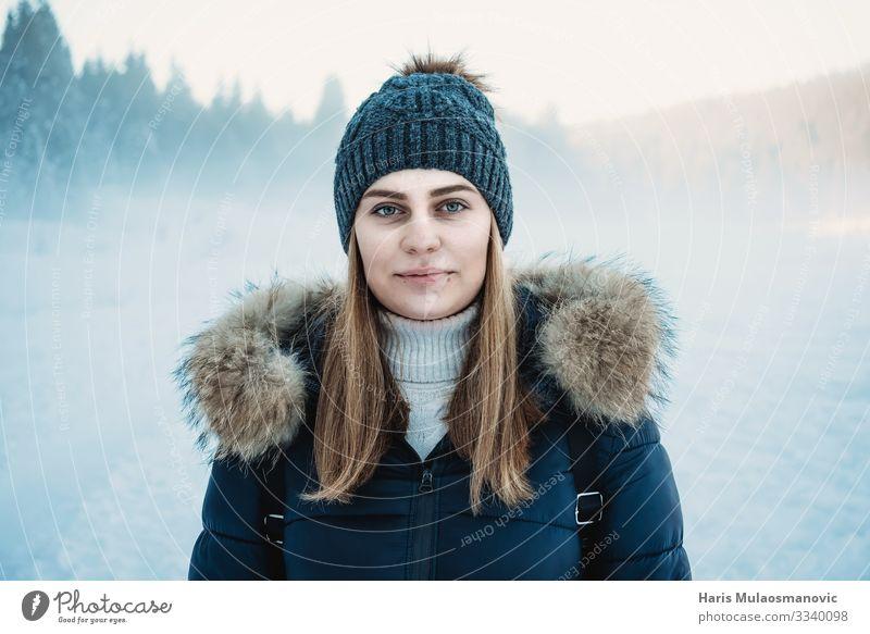 Schneeportret einer jungen Frau mit Schneestaub im Hintergrund dof Mensch Junge Frau Jugendliche Körper Kopf 1 18-30 Jahre Erwachsene Umwelt Natur Landschaft