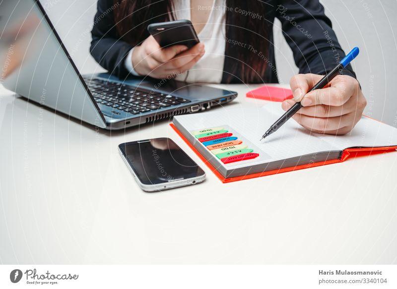 Arbeiten im Büro mit Technik und Stift kaufen Arbeit & Erwerbstätigkeit Beruf Büroarbeit Dienstleistungsgewerbe Medienbranche Werbebranche Kapitalwirtschaft
