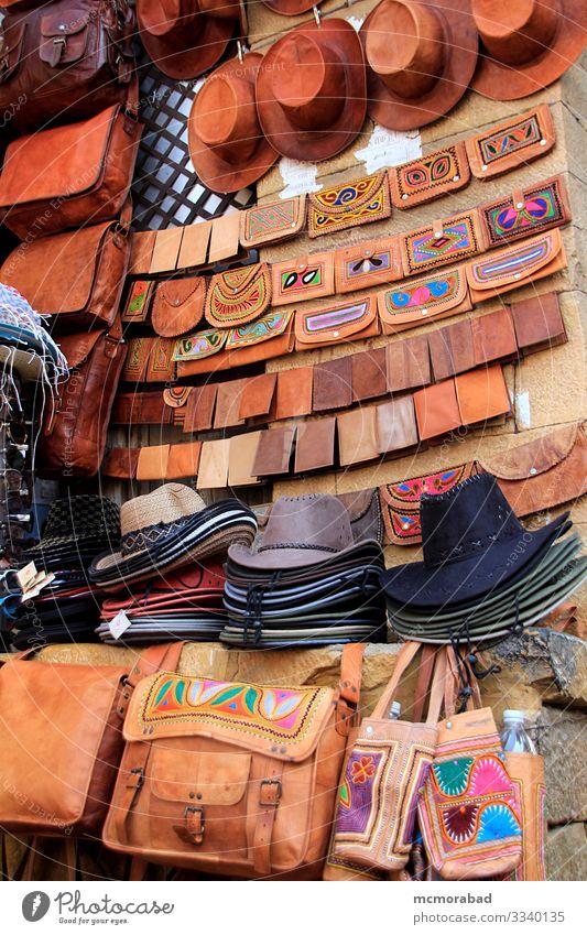 Spiel mit Hüten und Ledergeldbörsen kaufen Basteln Marktplatz Tasche Hut verkaufen vertikal Asien Indien Rajasthani Jaisalmer Patawon-ki-Haweli Einzelhandel