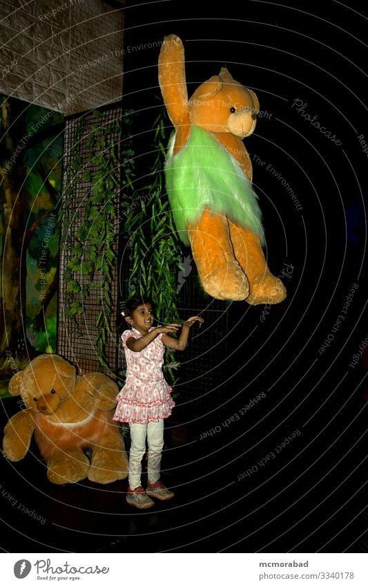 Schwingende Riesenpuppe für Mädchen Freude Erholung Spielen Ferien & Urlaub & Reisen Kind 1 Mensch 3-8 Jahre Kindheit Felsen Spielzeug Puppe genießen Liebe