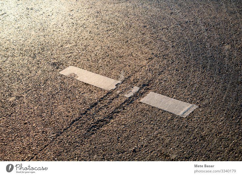 Jurrasische Narbe auf einer asphaltierten Straßenoberfläche im Hochwinkelbild. Verkehr Autobahn Linie Aggression weiß planen Unvollkommenheit Verschlechterung
