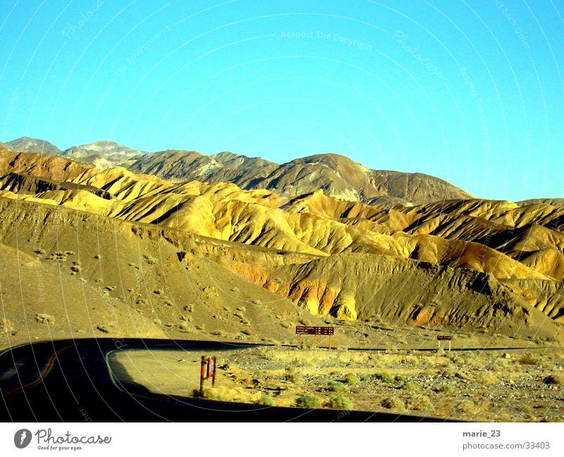 death valley Hügel Death Valley National Park Einsamkeit Wüste Wege & Pfade Berge u. Gebirge faltung Straße Kurve Natur rau
