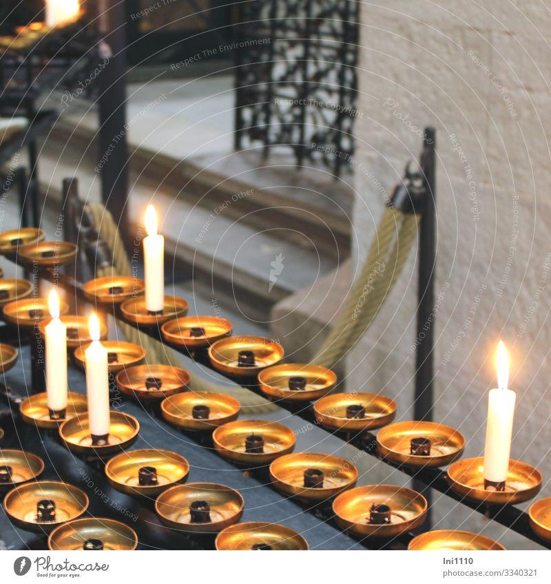 brennende Kerzen in Kirche zum Gedenken Zeichen gold grau schwarz weiß Religion & Glaube erinnern Erinnerung Innenaufnahme Menschenleer Licht kerzenhalter