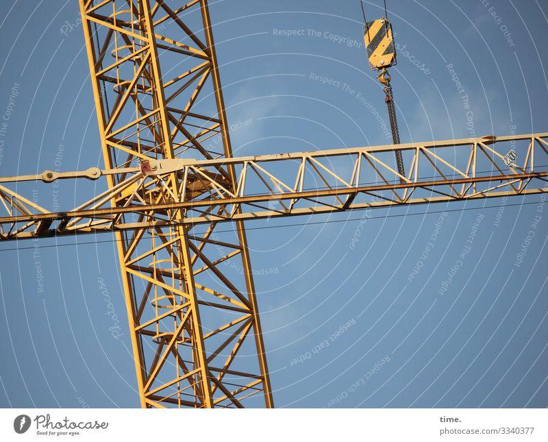 Stadtgiraffen (7) Himmel blau gelb Arbeit & Erwerbstätigkeit Linie Metall Kommunizieren Kraft ästhetisch Perspektive Schönes Wetter hoch Baustelle