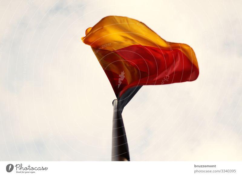 BRD Himmel Wolken Wind Fahne gold rot schwarz Deutsche Flagge wehen flattern Bewegungsunschärfe Fahnenmast Farbfoto Außenaufnahme Textfreiraum links