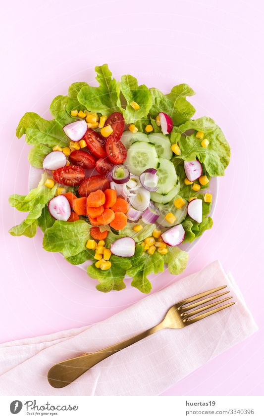 Salatsalat mit Tomate, Käse und Gemüse Lebensmittel Ernährung Vegetarische Ernährung Diät Schalen & Schüsseln Gesunde Ernährung frisch rosa Salatbeilage Mais