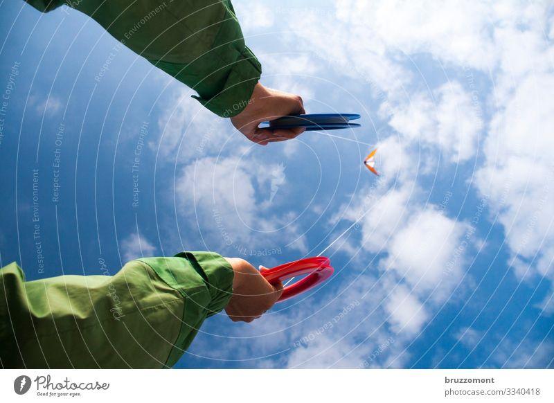 kiteflite Freizeit & Hobby Mensch Leben Arme Hand 1 Himmel Wolken Schönes Wetter Erholung festhalten fliegen Spielen Sport Ferne hoch sportlich blau grün Freude