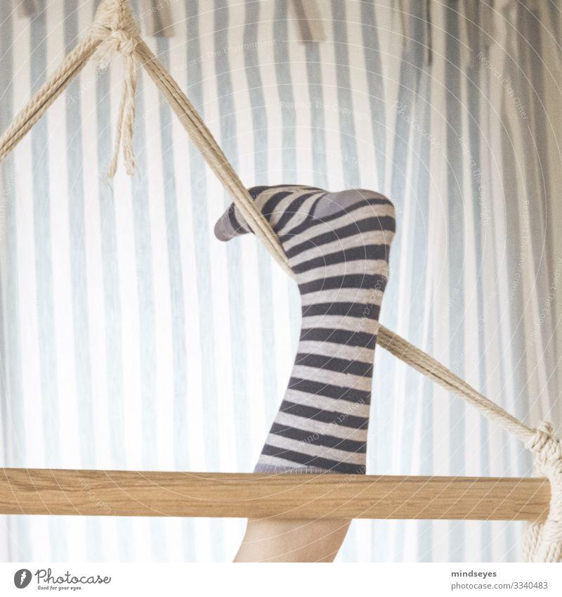 Geringelt Häusliches Leben Kinderzimmer Mädchen 1 Mensch 8-13 Jahre Kindheit Schaukel Ringelsocken Ringelstrümpfe Vorhang Streifen Linie Erholung Fitness