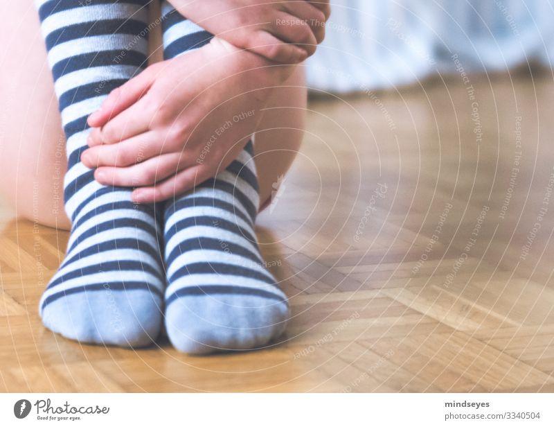 Ringelstrümpfe auf Parkett Häusliches Leben Kinderzimmer maskulin Mädchen Kindheit 1 Mensch 8-13 Jahre Bekleidung Strümpfe Kniestrümpfe Denken sitzen träumen