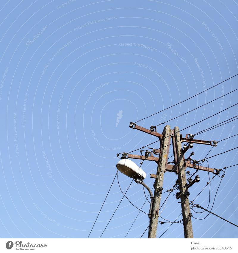Seilschaften #31 Energiewirtschaft Strommast Hochspannungsleitung Lampe Straßenbeleuchtung Kabel Draht Linie Zusammensein hoch standhaft Ordnungsliebe entdecken