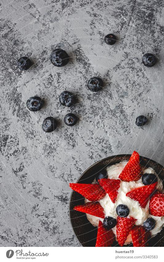 Gesunde Erdbeeren Erdbeeren mit Sahne und Heidelbeeren Gemüse Frucht Ernährung Vegetarische Ernährung Diät Schalen & Schüsseln Gesunde Ernährung frisch