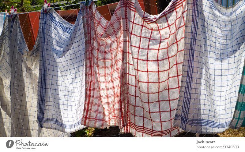 Waschtag an der Leine Küchenhandtücher Wäscheleine Textilien Linie hängen authentisch Stimmung Tatkraft rein Qualität Symmetrie Reinigen trocknen nebeneinander