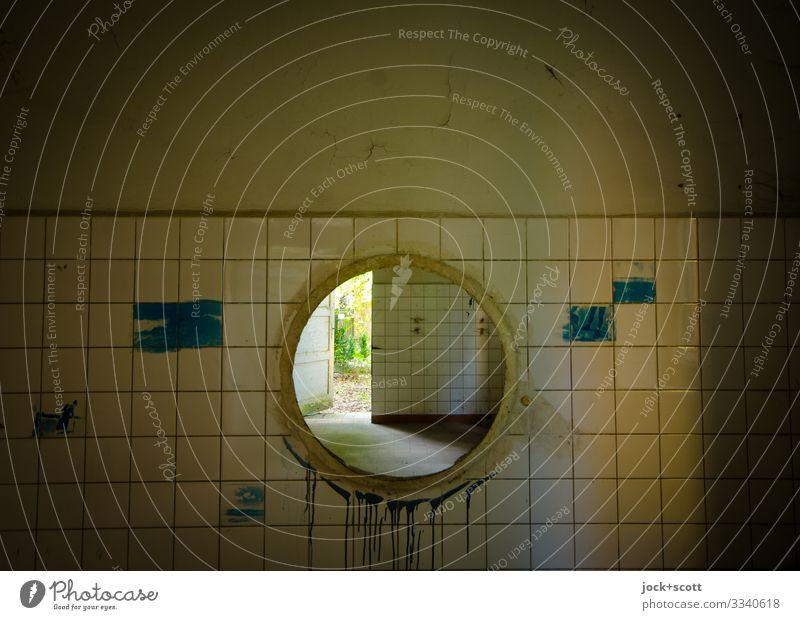 Gerade durch den Kreis lost places Gebäude Heilstätte Wand Tür Durchblick Fliesen u. Kacheln dreckig historisch Mittelpunkt Symmetrie Vergangenheit Spalte