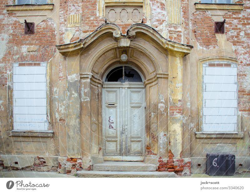 Portal vom Mietshaus lost places schlechtes Wetter Frankfurt Oder Fassade Fenster Tor Mauer Dekoration & Verzierung alt authentisch historisch Originalität