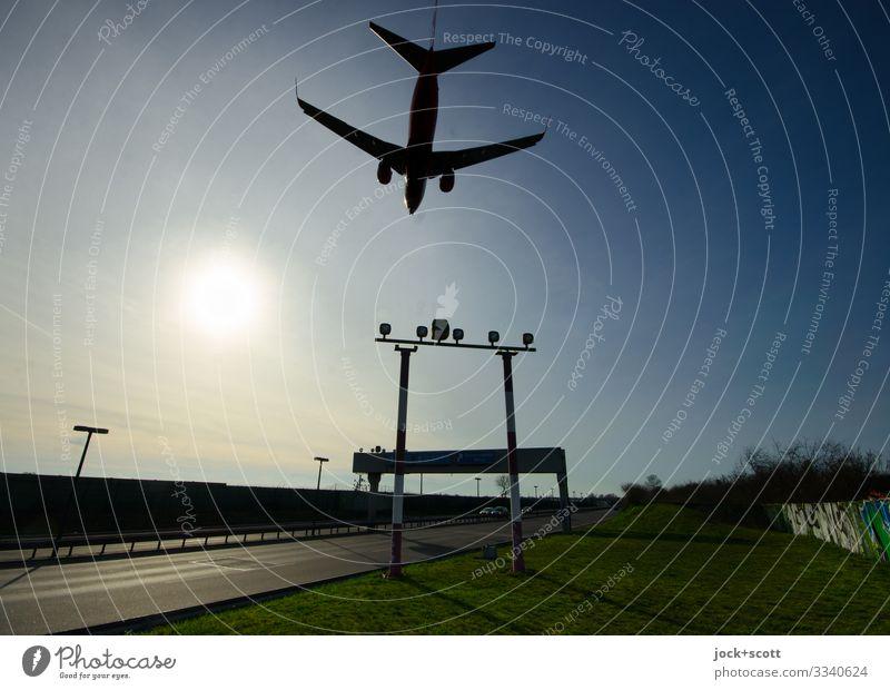 Landeanflug Schönes Wetter Wärme Wiese Flughafen Berlin-Tegel Verkehrsmittel Verkehrswege Stadtautobahn Passagierflugzeug Flugzeuglandung Signalanlage fliegen